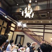 披露宴会場、階段からの入場。