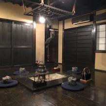 1階の挙式会場になる和室の囲炉裏。