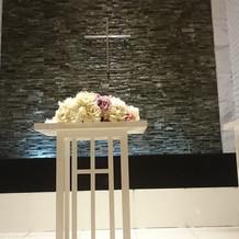 十字架の所に水が流れています。