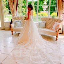 後姿が凄く綺麗なドレスに決めました。