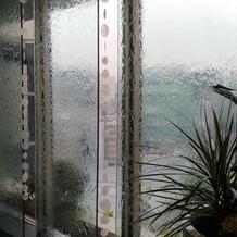 入り口の水の流れる窓