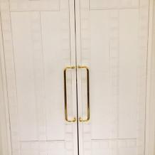扉を開けるとヴァージンロードが!