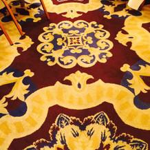 会場の絨毯は落ち着いた色とデザイン