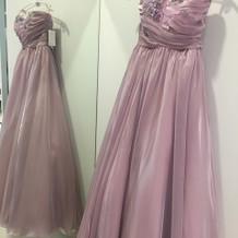 軽い素材で光沢が綺麗なドレス。