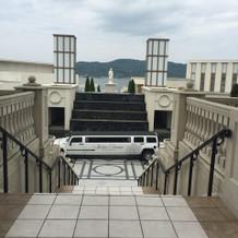 挙式会場を出ると階段、リムジンが!!