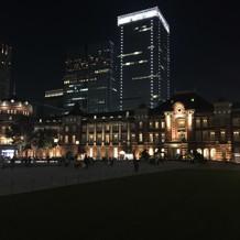 東京駅の夜景をバックに記念撮影も