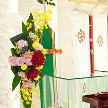 チャペルに映える神前の花飾り