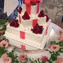 ケーキがギフトみたいで可愛いです!