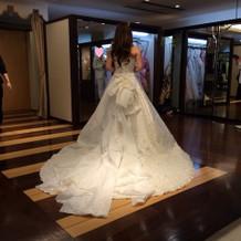 広いカラードレス用のお部屋で。