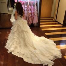 トレーンの長いドレスも豊富です。