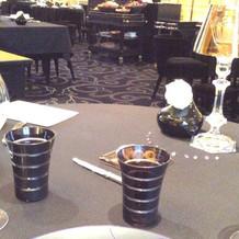 黒でまとめられたテーブル