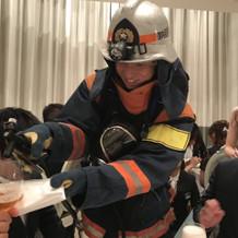 消防服でビールサーバー回り