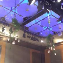 天井からも装花が