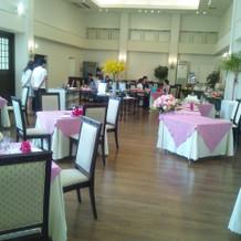 披露宴会場は温かな雰囲気が印象的でした。