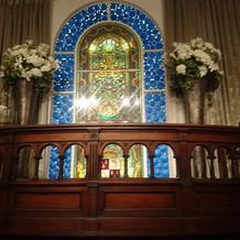 チャペルの祭壇と、ステンドグラス。