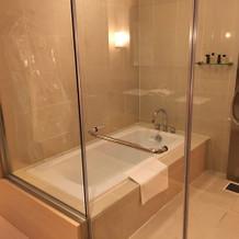 ガラス張りのお風呂です。アメニティも充実