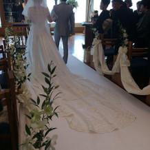 長い裾のドレスが映える式場