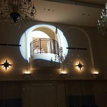 会場によって大階段や、出窓があります!
