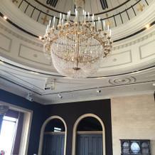 天井は時計のモチーフ、シャンデリアが素敵