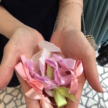 リボンシャワーと花