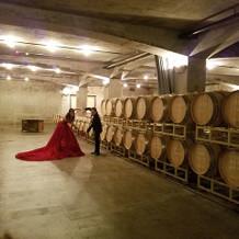ワイン樽に囲まれての写真