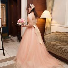 カラードレスはピンクとゴールドのレース