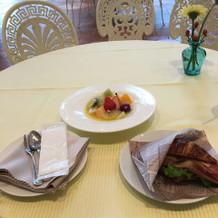 朝食のパンと生フルーツ