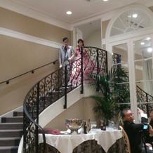 階段からの登場などあり