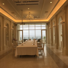 白を基調とした会食会場。