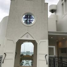 チャペル入り口。右上に鐘があります。