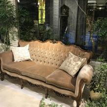サンルームのような場所のソファ