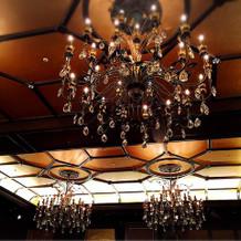 披露宴会場には大きなシャンデリア