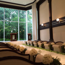 教会は緑が見え天井が高い開放的なつくり