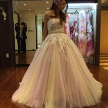 カラードレスだけどトレーンが長いドレス