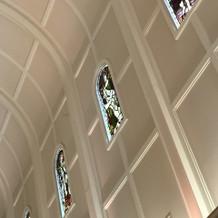 側面のステンドグラス