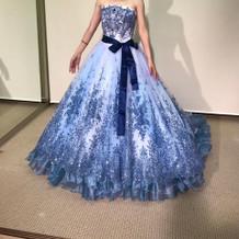 冬にぴったりの青いドレスです。