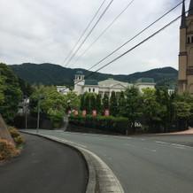 道路を渡って式場につきます。