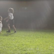 庭園を走る子