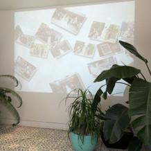 チャペル前の壁に当日の写真が表示される