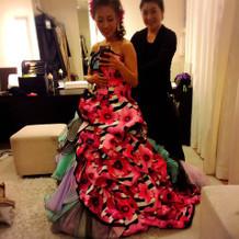 ピンクメインの方とブルーの方があるドレス