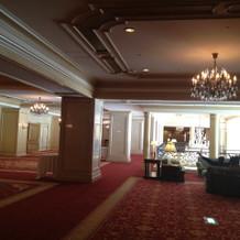 各階の廊下も赤い絨毯で重厚