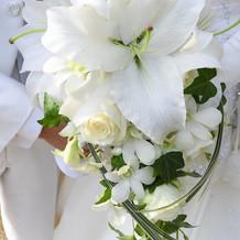 生花ブーケは白いユリとバラがメイン