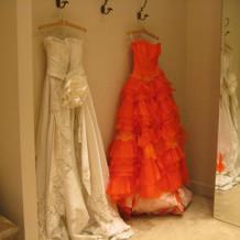 左が実際に式で着たドレスです。