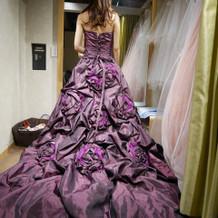 紫色のドレスです