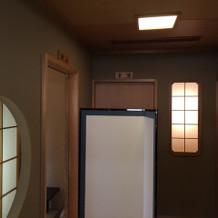 控え室の前。各部屋には名前がある