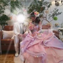 ソファー席に映えるピンクグラデのドレス。