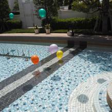 プールに風船を投げ入れるパフォーマンス