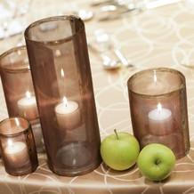 メインテーブルにキャンドルとリンゴ