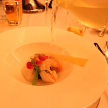 魚料理はスープを後で注ぐ演出