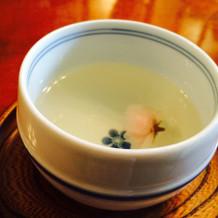 おもてなしの桜湯。